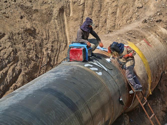 Measuring the oil transmission pipeline pressure method and comparison